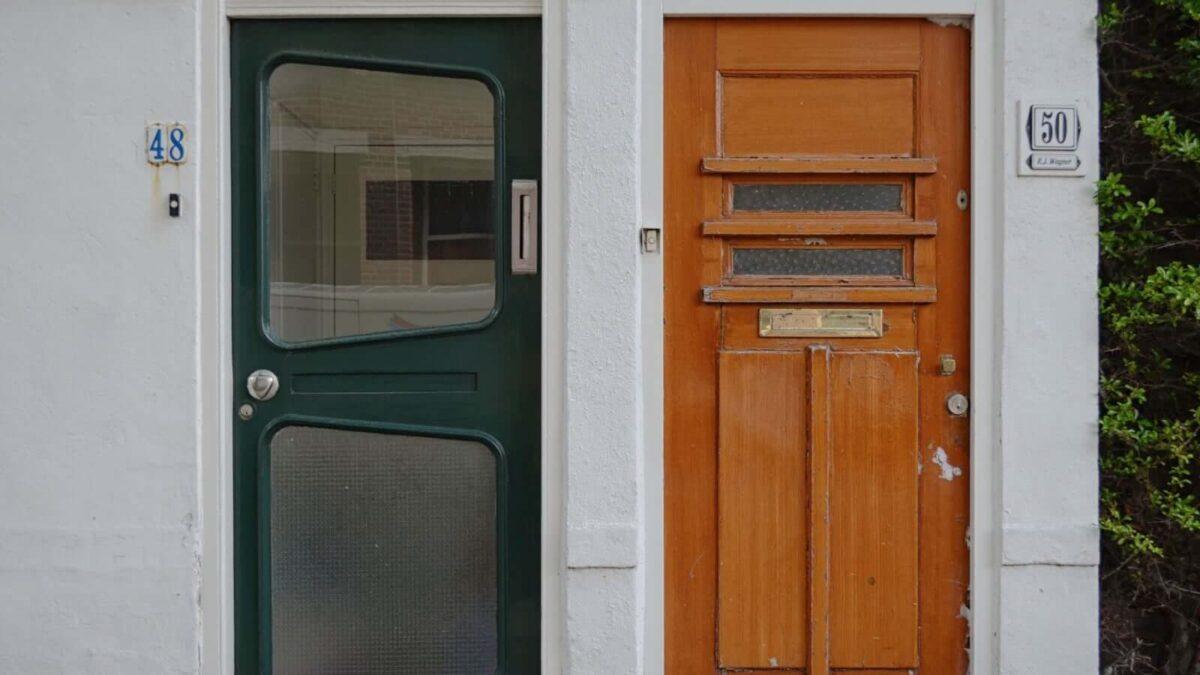 Twee voordeuren naast elkaar (foto door Margot Polinder van Unsplash)